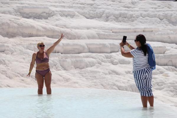 'Beyaz Cennet' Pamukkale turistlere kaldı: Oturup yemek yiyemiyoruz
