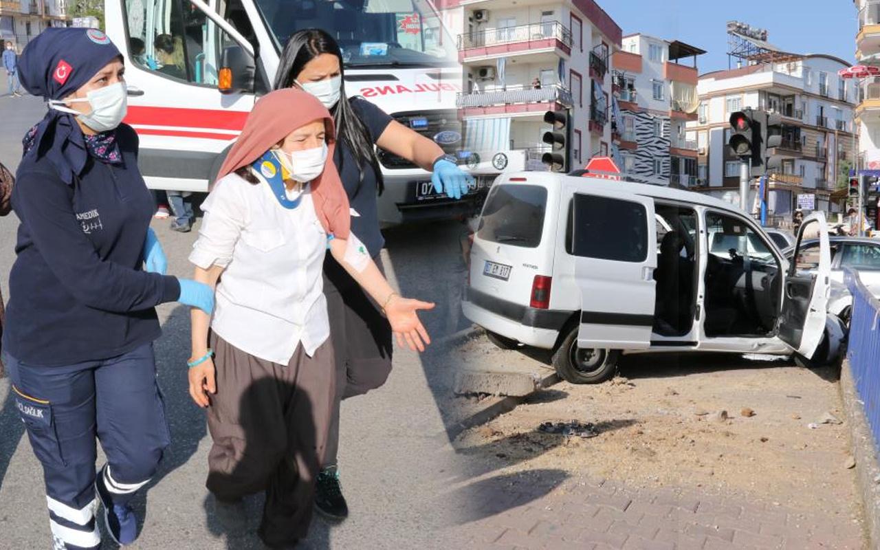 Antalya'da feci kaza! Demir korkuluklarına vurarak durabildi: Yaralılar var