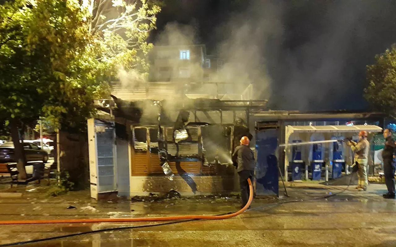 Bakırköy'de panik! İBB'ye ait Halk Ekmek büfesi yandı