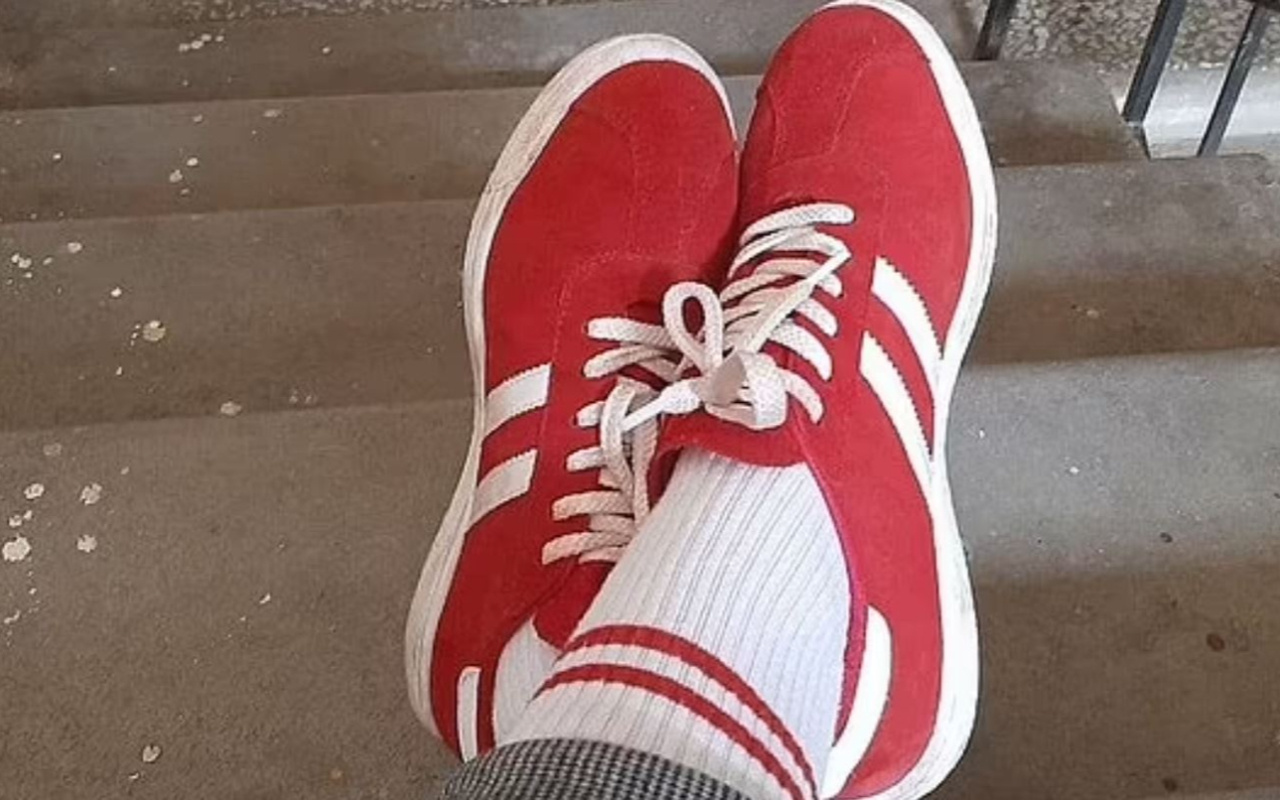 Kırmızı beyaz ayakkabı ve çorap giymesi pahalıya patladı! Bakın ne ceza aldı