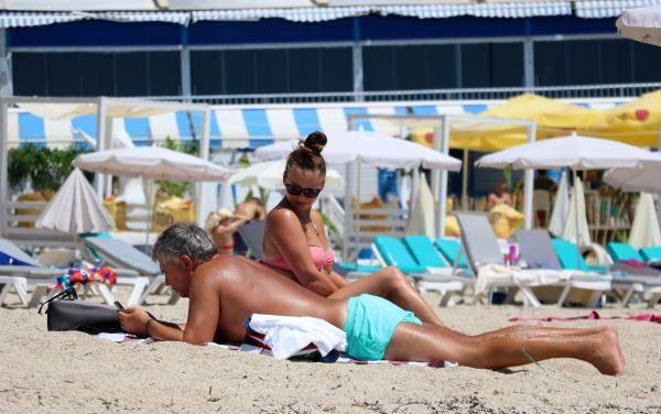 Antalya'da turistler plajları doldurdu! Denizin keyfini çıkardılar