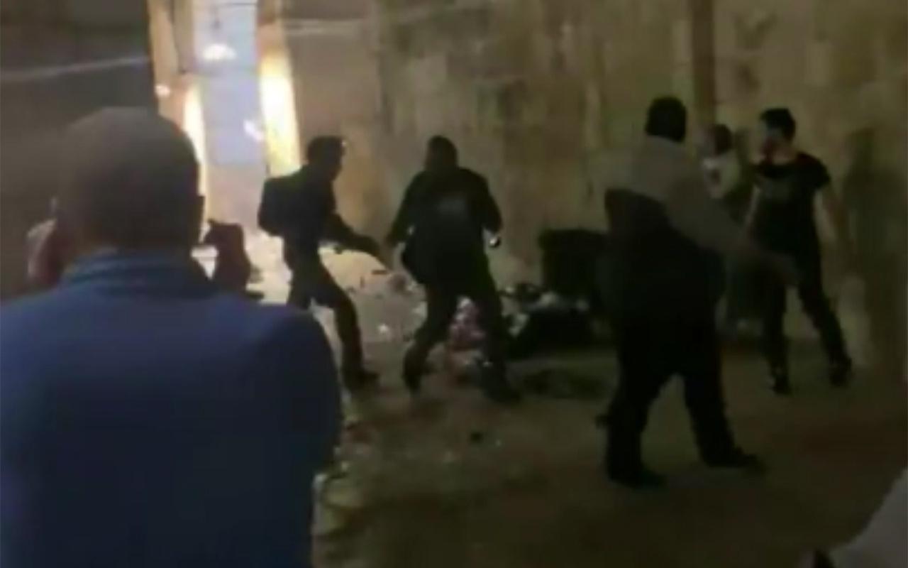 İsrail güçlerinden Mescid-i Aksa'da ses bombalı ve plastik mermili saldırı