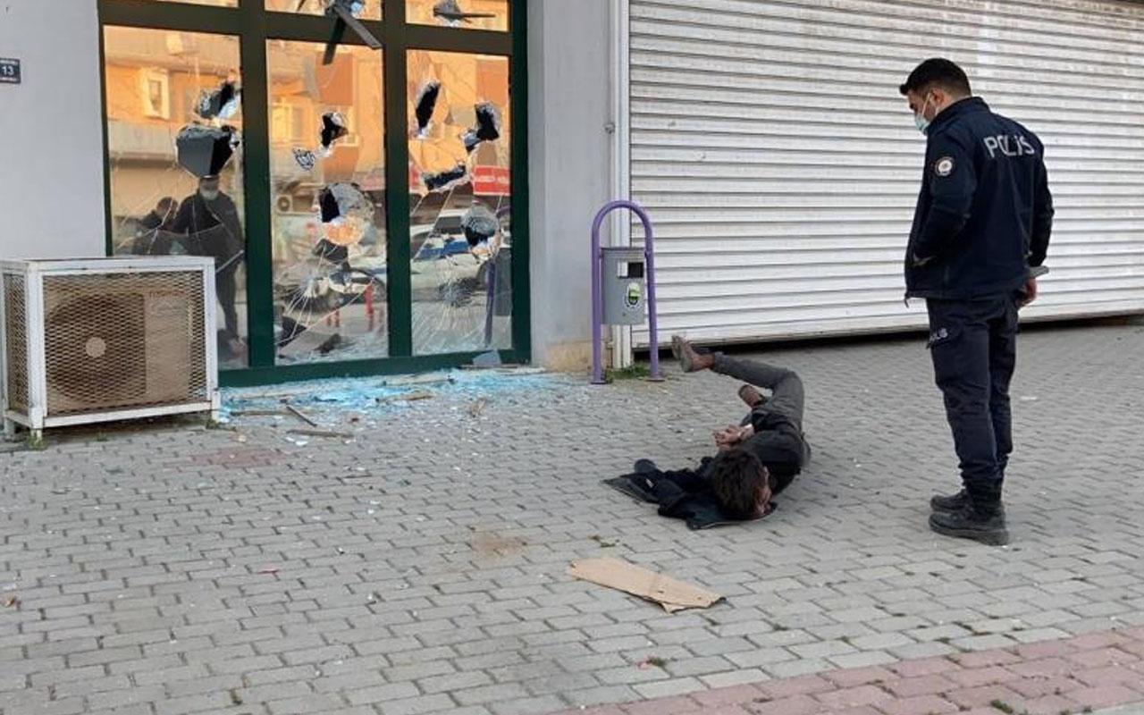 Bursa'da pazar yerinin camlarını kırdı o anlar kamerada