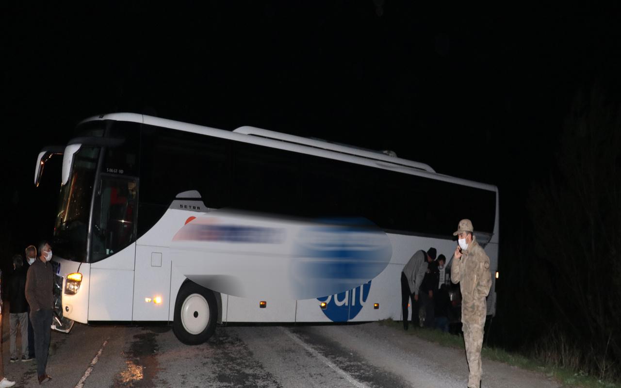 Felakete ramak kala!  Sivas'ta yolu şaşıran şoförün kullandığı otobüs şarampolde asılı kaldı
