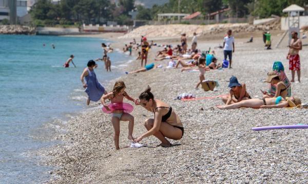 Antalya'da turistler denizin keyfini çıkardı! Sahile akın ettiler