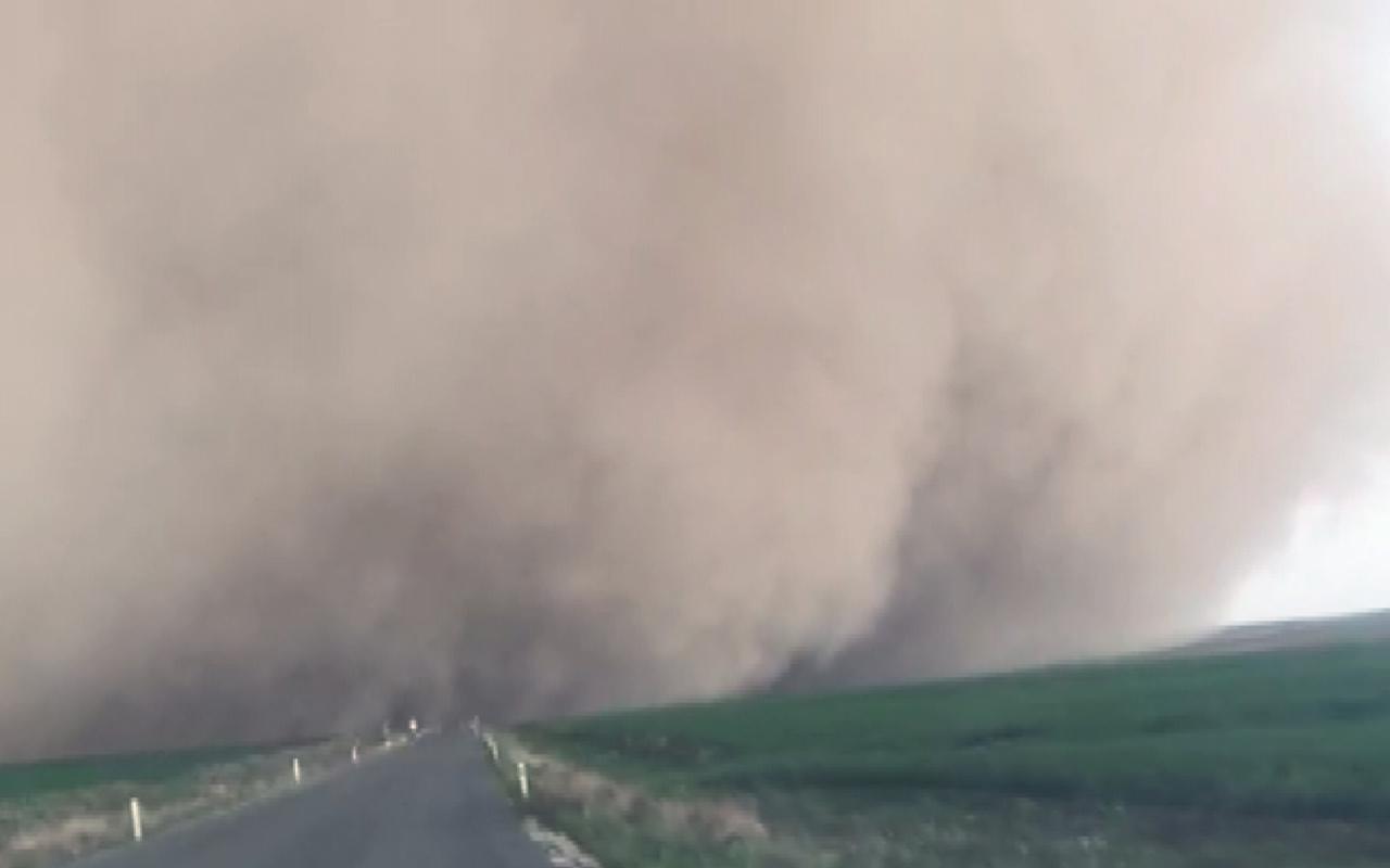 Korkutan görüntü! Konya'da kum fırtınası çıktı ağaçlar, direkler devrildi araçlar hasar gördü