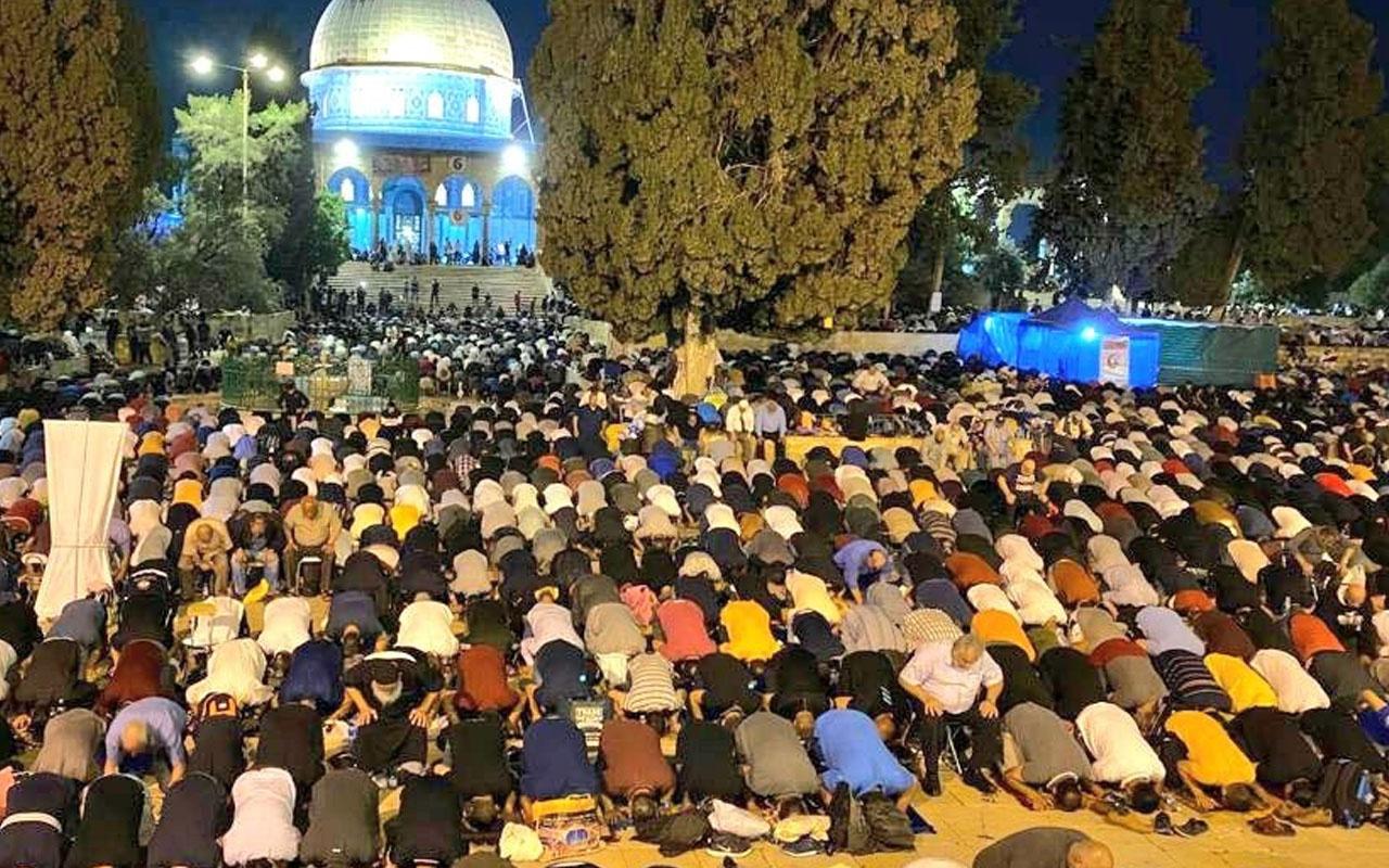 Binlerce Filistinli Kadir Gecesi'nde teravih namazı için Mescid-i Aksa'ya akın etti