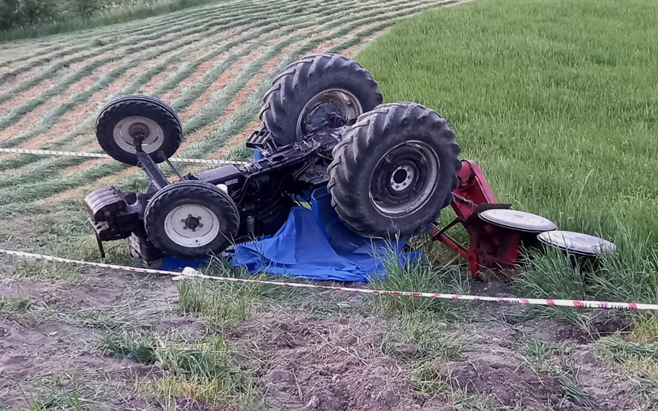 Manisa'da tarlasında çalışırken devrilen traktörün altında kalan çiftçi öldü