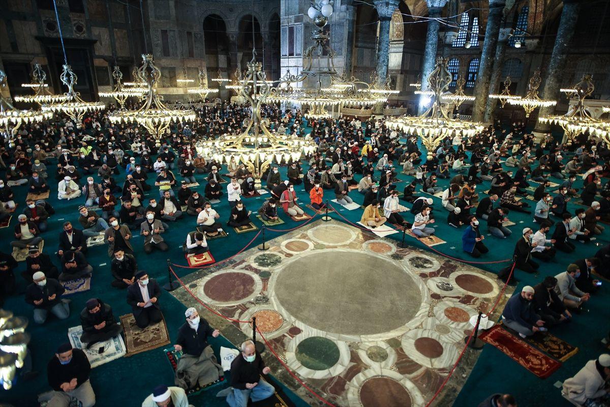 Ayasofya'da 87 yıl sonra ilk bayram namazı! Tüm yurtta sosyal mesafeye uygun bayram namazı