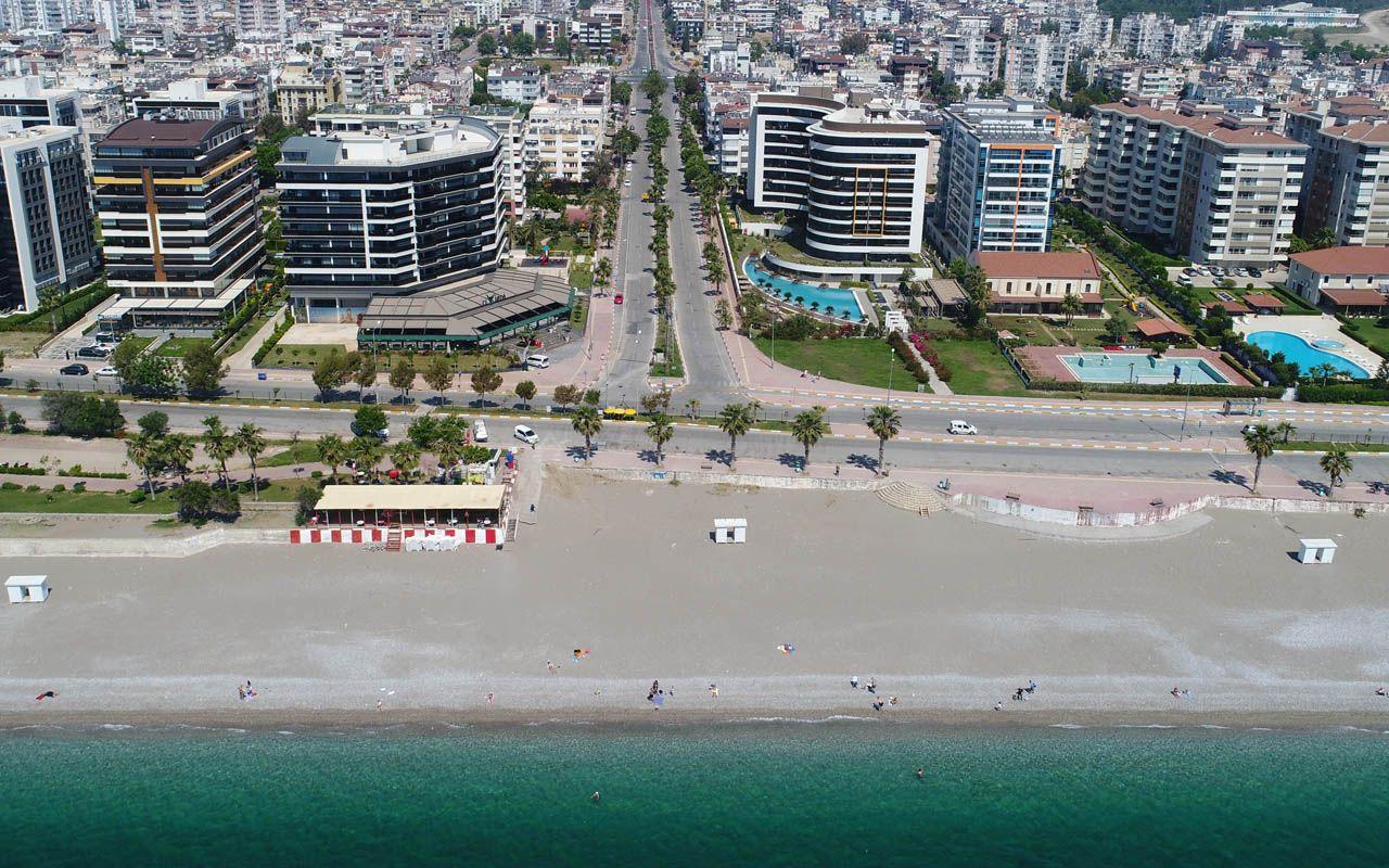 Antalya Konyaaltı Sahili bayramın ikinci gününde de  turistlerin oldu