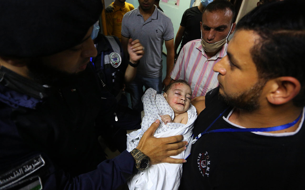 İsrail bebek katletmeye devam ediyor! Şehitlerin fotoğrafını çekerken iki kardeşinin cenazesini gördü