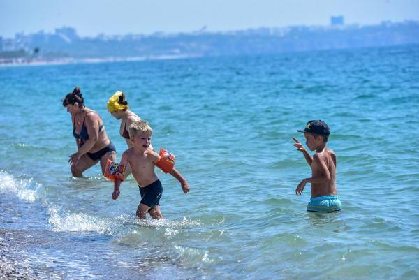 Antalya'da turistler plajlara akın etti! Denizin keyfini çıkardılar