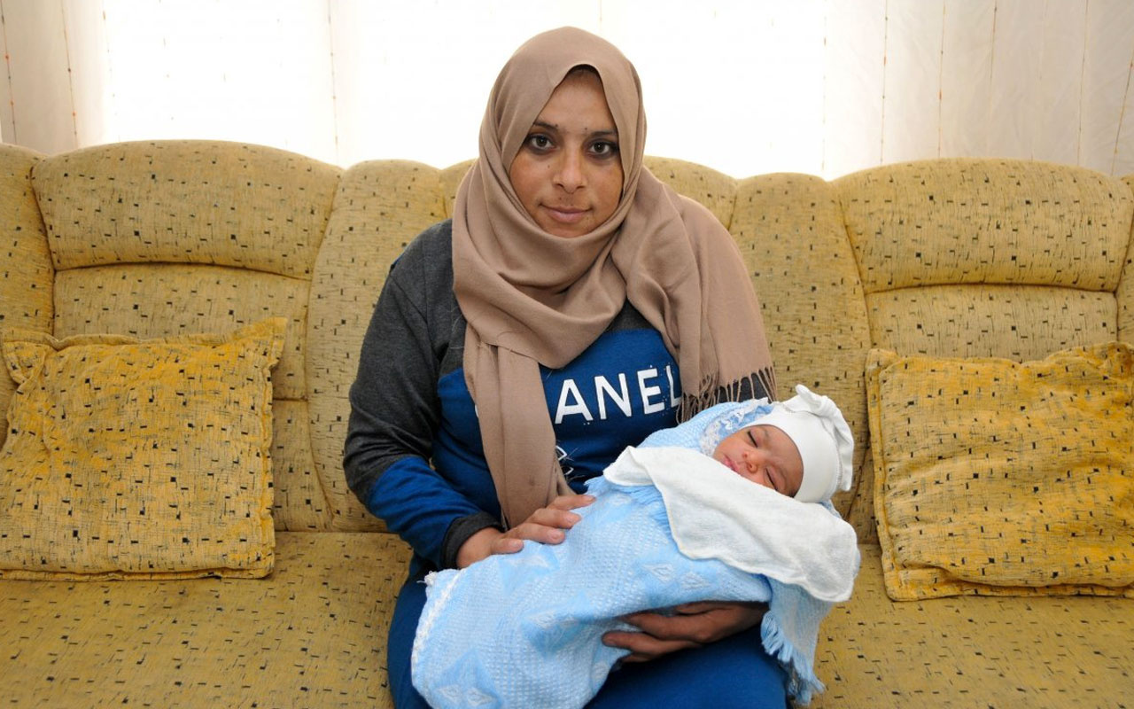 Antalya'da Suriyeli kadın takside doğurdu
