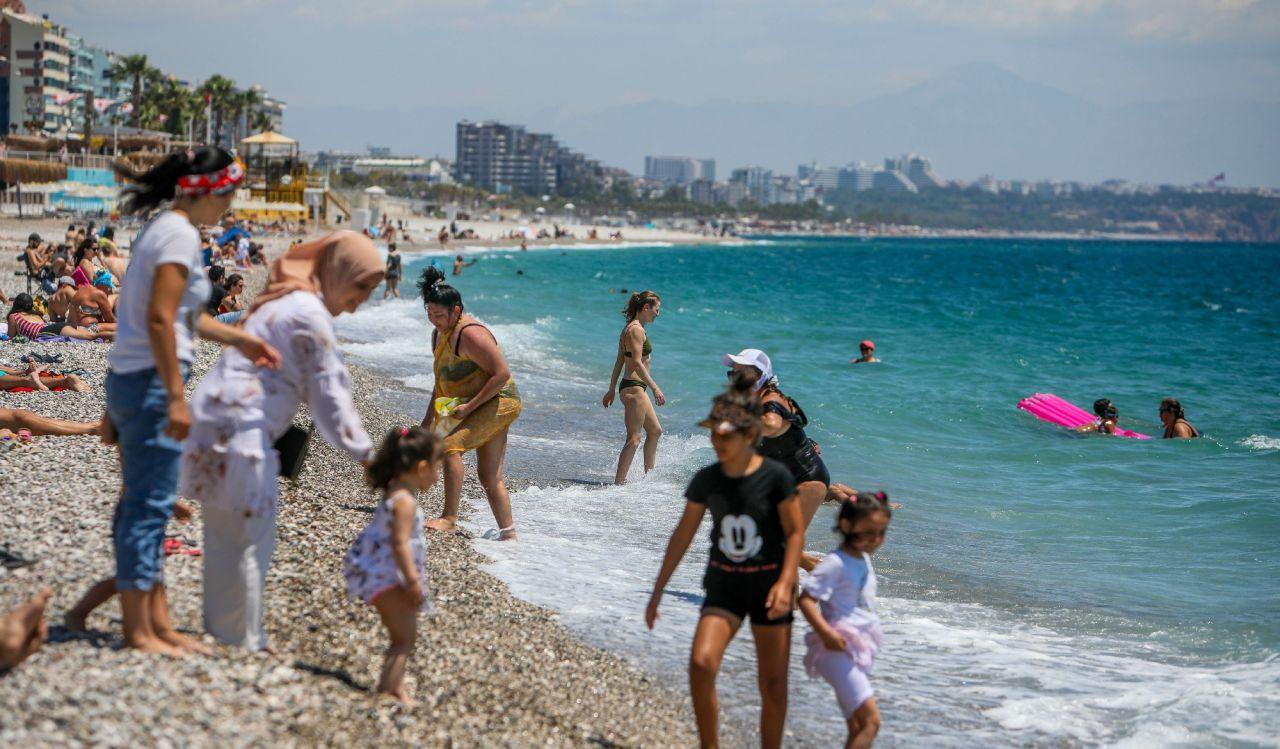 Tam kapanma bitince Antalyalılar sahile akın etti