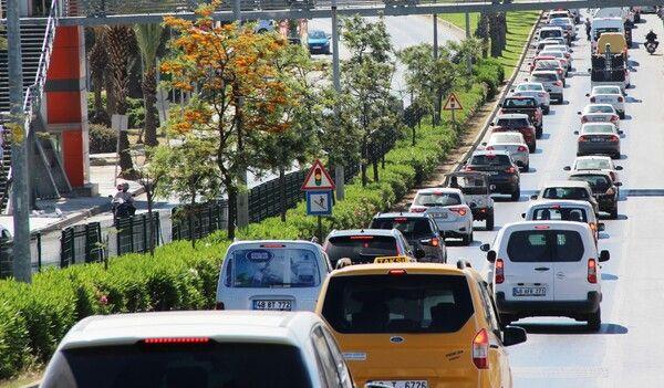 Kilometrelerce kuyruk oluştu trafik kilitlendi! Bodrum'dan akın akın gidiyorlar