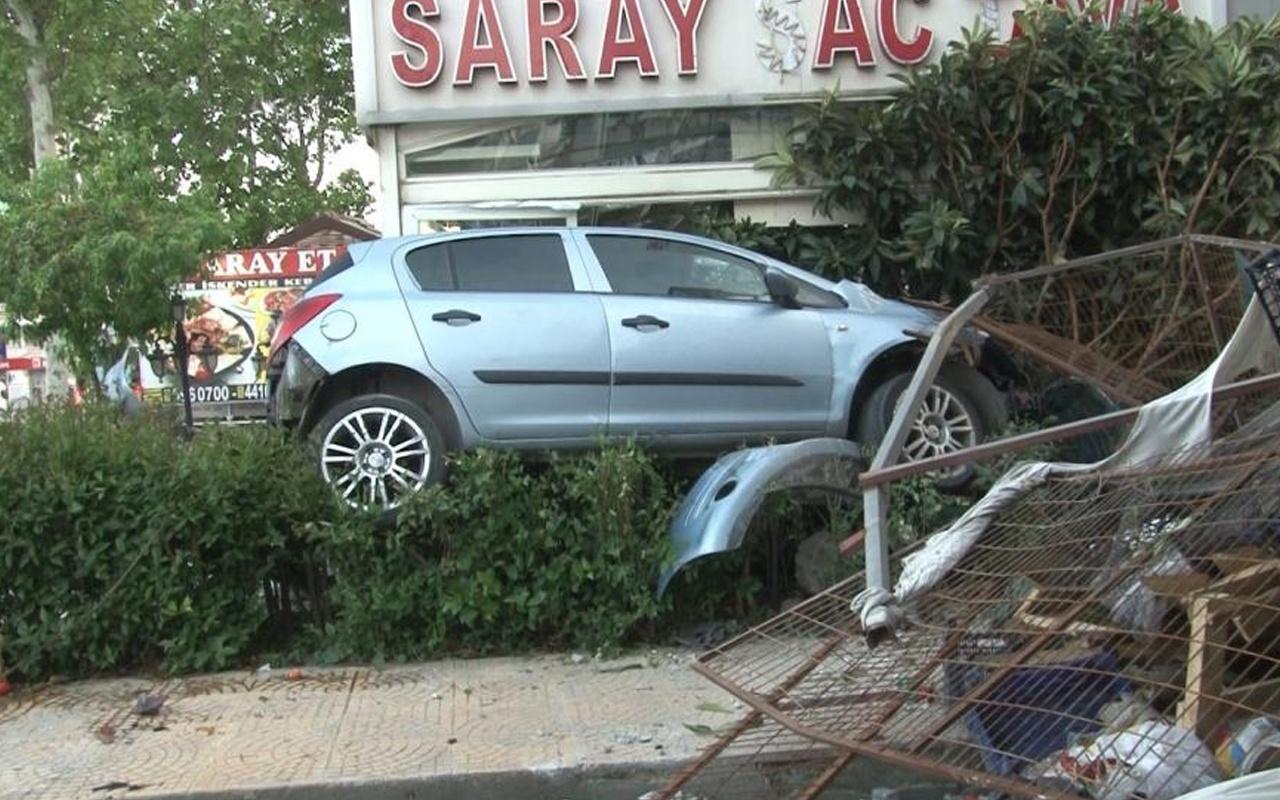 İstanbul'da araç kontrolü kaybetti! Ortalık savaş alanına döndü: 20-30 metre...