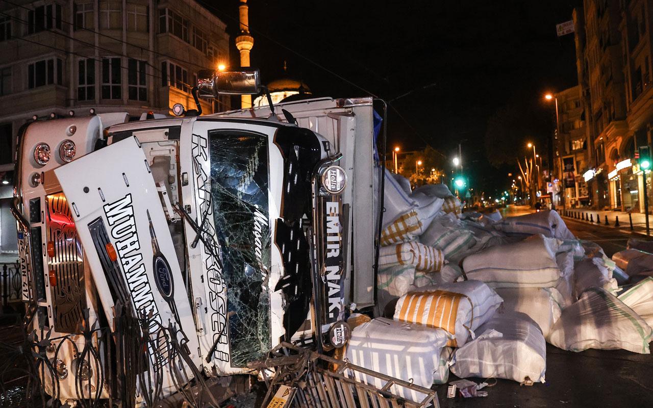 İstanbul'da feci kaza! Virajı alamayan kamyon tramvay yoluna devrildi, 1 kişi yaralandı