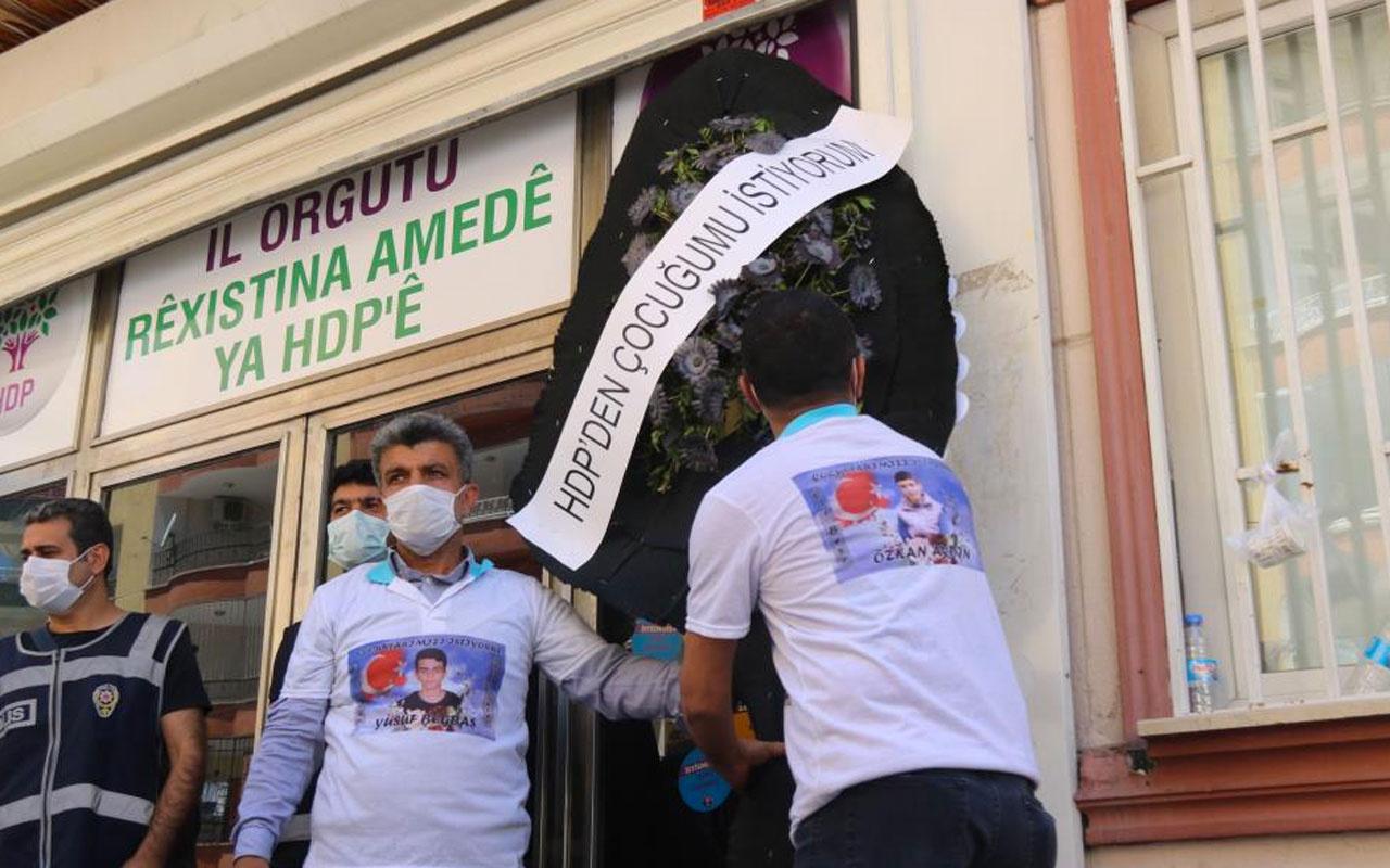 Diyarbakır'da evlat nöbetindeki baba HDP'nin kapısına siyah çelenk bıraktı