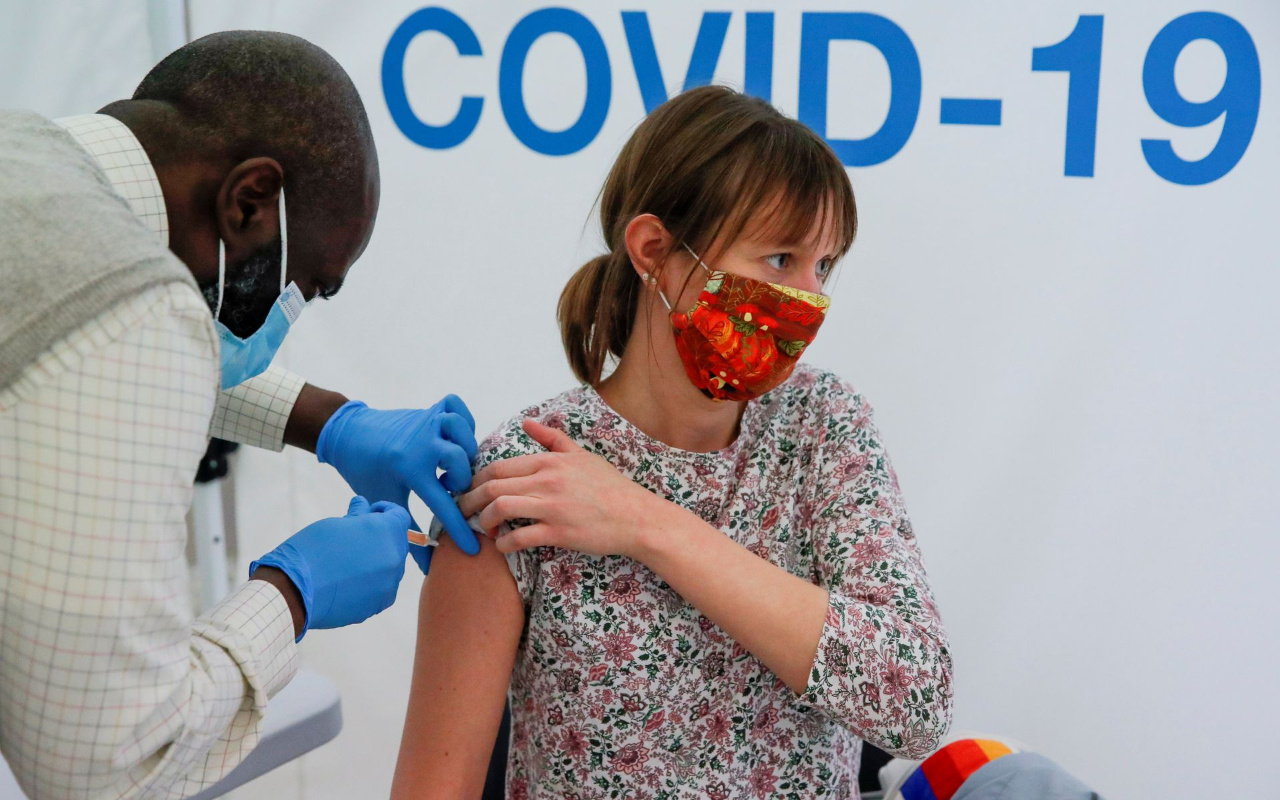 Menopoz sonrası dönemde olan bazı kadınlar koronavirüs aşısından sonra regl olduklarını açıkladı