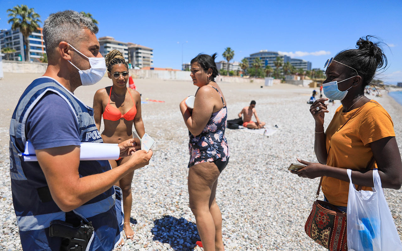 Polis Konyaaltı Sahili'nde yerleşik yabancı turist aradı! Hepsi tek tek kontrol edildi