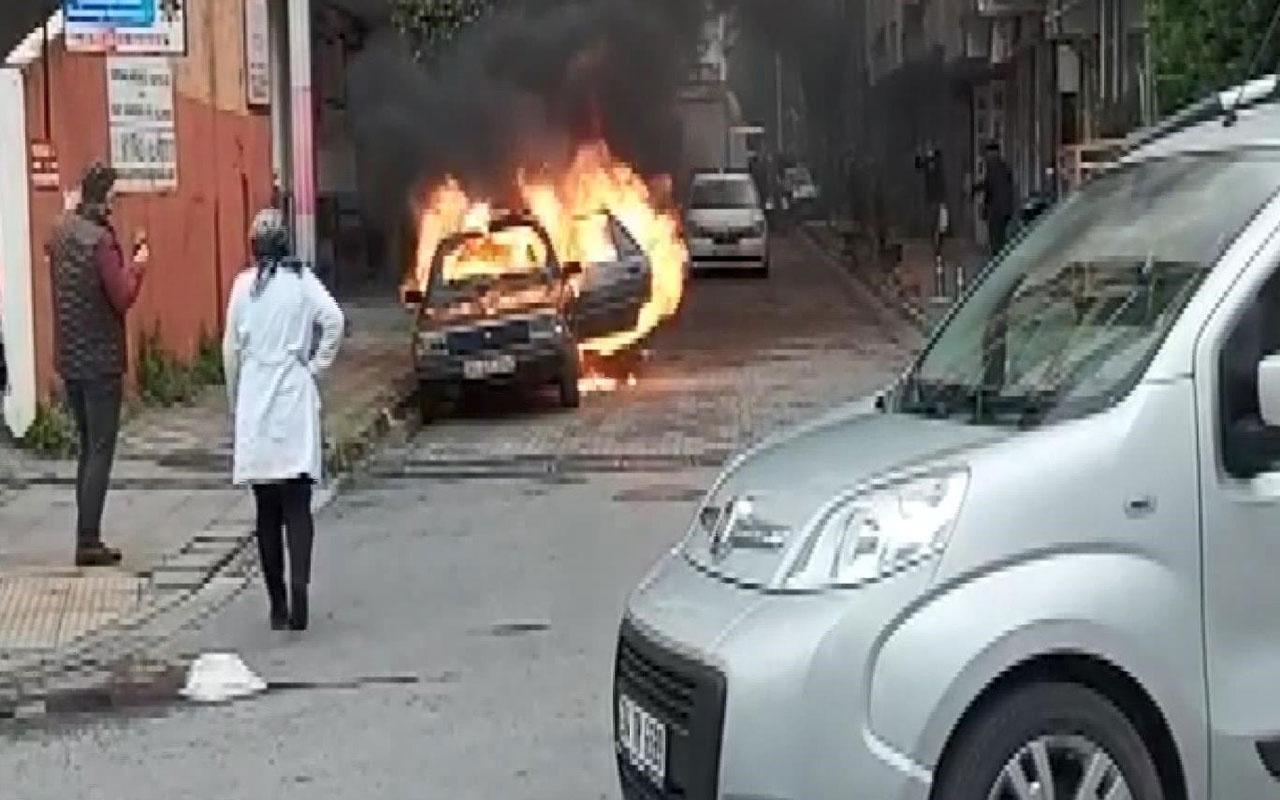 Bahçelievler'de otomobil alev alev yandı