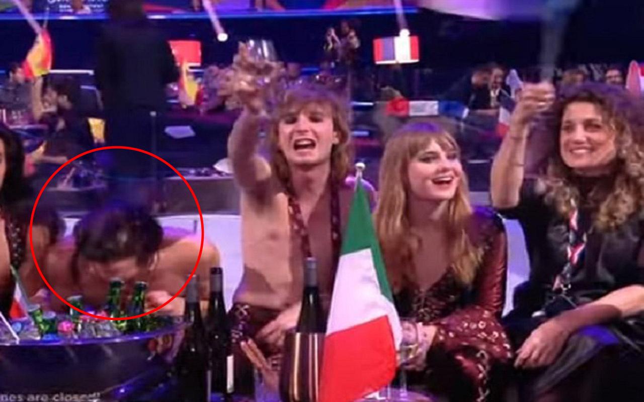 Eurovision 2021'de canlı yayında skandal görüntü! Şişelerin arkasına eğilip...