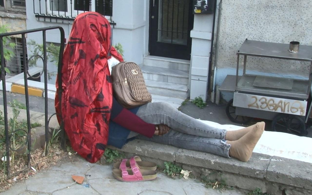 Beyoğlu'nda gizemli kadın! 5 gündür oturduğu duvardan kalkmadı