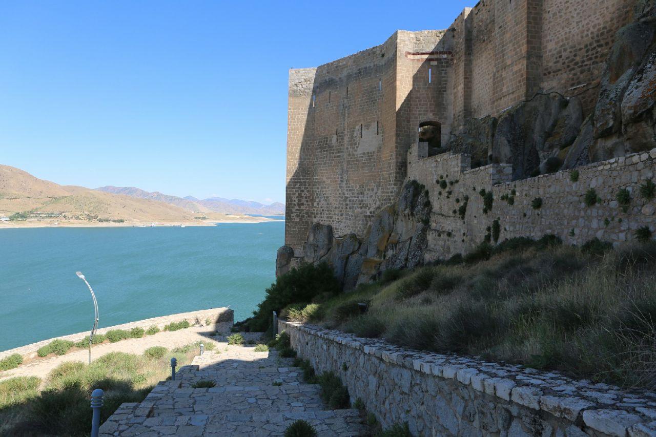 Tunceli'de bulunan 2 bin 800 yıllık tarihi Pertek Kalesi göz kamaştırıyor