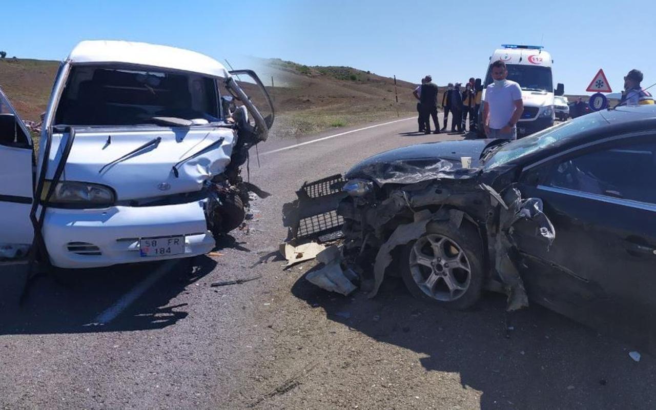 Sivas'ta iki araç kafa kafaya çarpıştı: Çok sayıda yaralı var