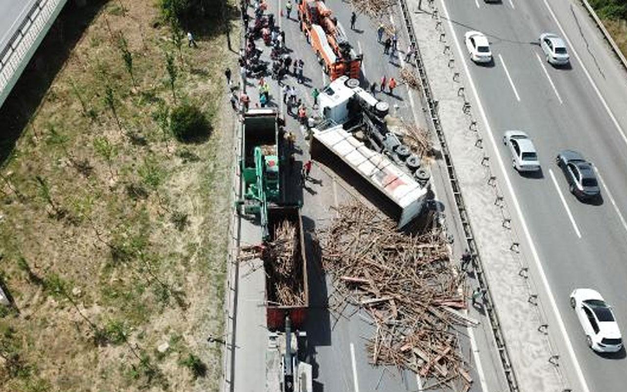 Sancaktepe Tem Otoyolu'nda demir yüklü TIR devrildi! Trafik durdu