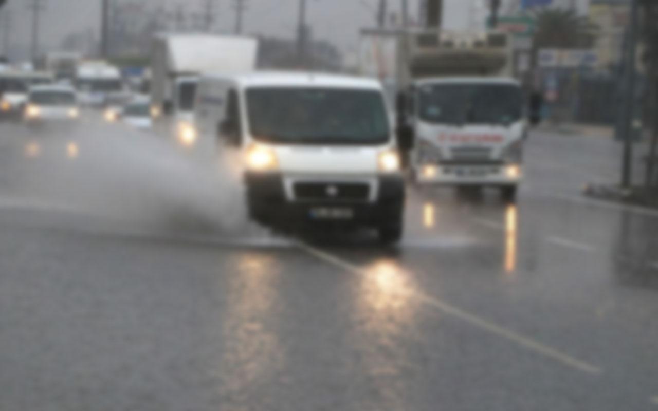 Ataşehir'de çökme meydana gelen yol trafiğe kapatıldı