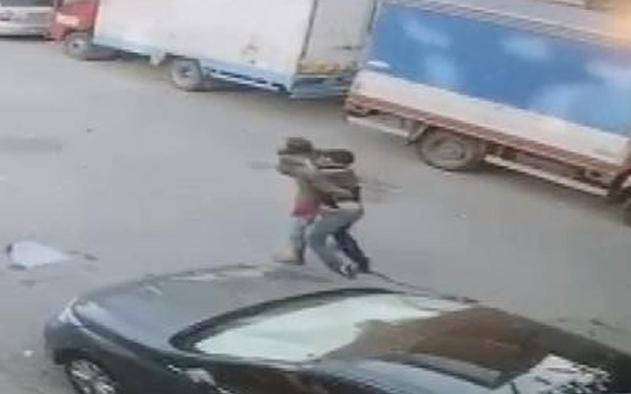 Gaziosmanpaşa'da sonuçsuz kalan çaba: Amca bıçaklanan yeğenini sırtında taşıdı