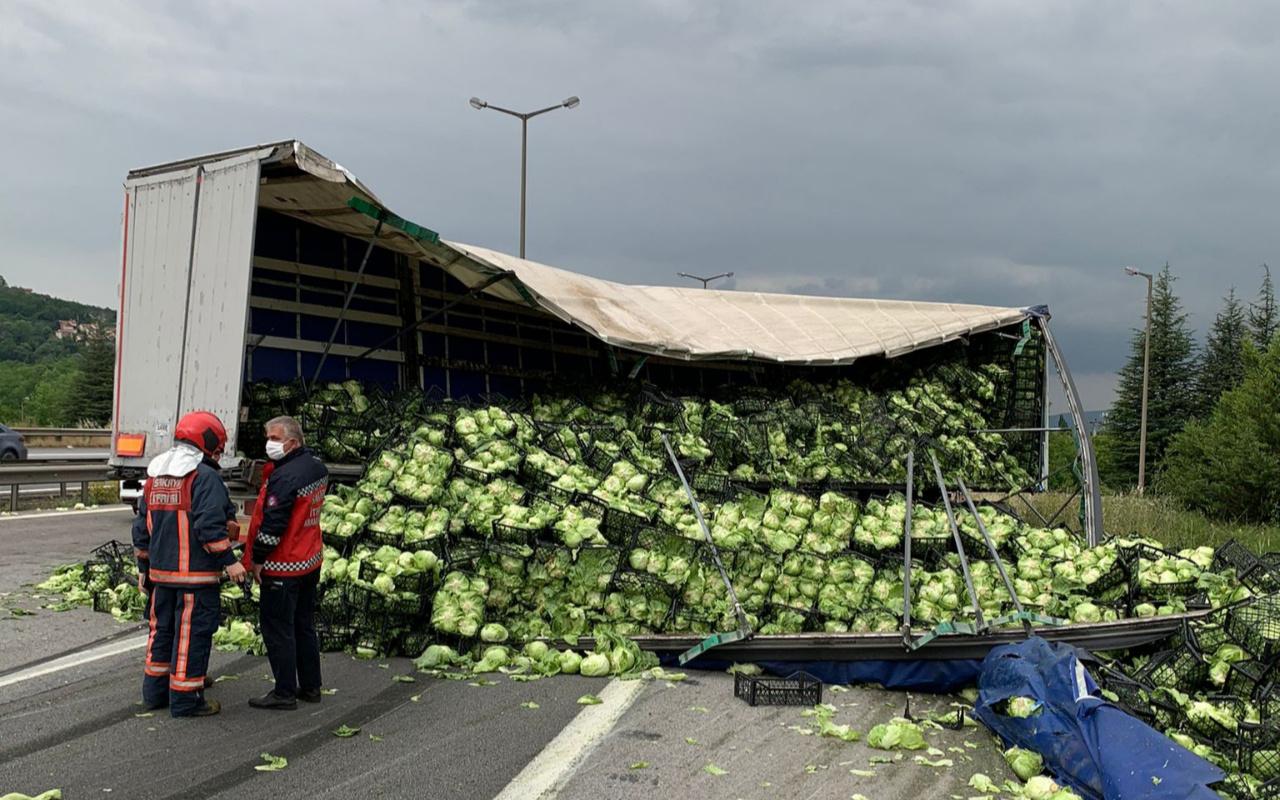 Sakarya'da feci kaza! Tonlarcası yola saçıldı: Uzun araç kuyrukları oluştu