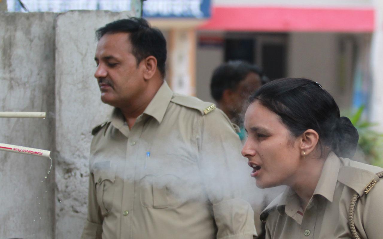 Hindistan'da durum çok kötü! Koronavirüse karşı düdüklü tencereden buhar soludular