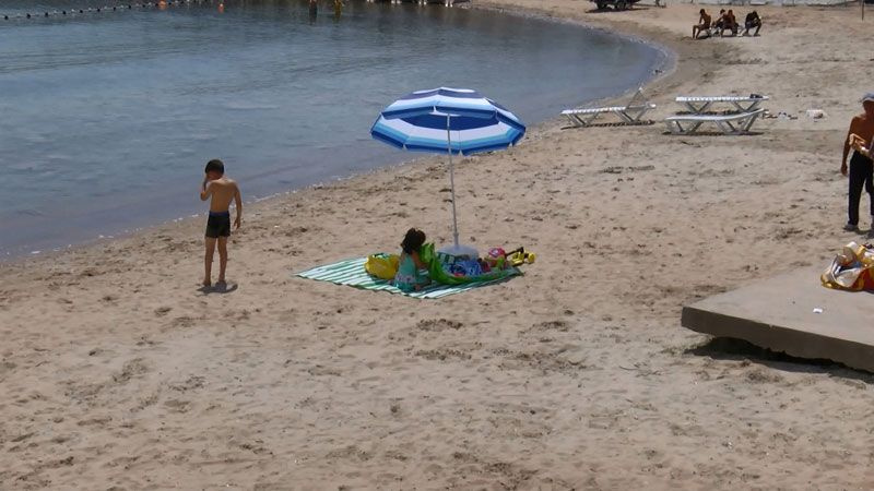 Caddebostan'da deniz salyasının arasında suya giren genç: Salyalar aynı maske gibi yapışıyor