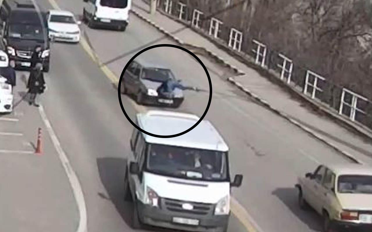 Artvin'de ilginç kaza! Karşıya geçmek isterken art arda iki araç çarptı