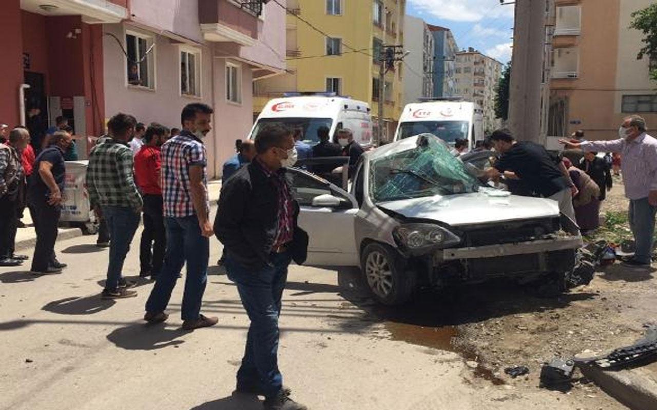 Çorum'da feci kaza! Direğe çarpan otomobildeki 4 genç kız yaralandı