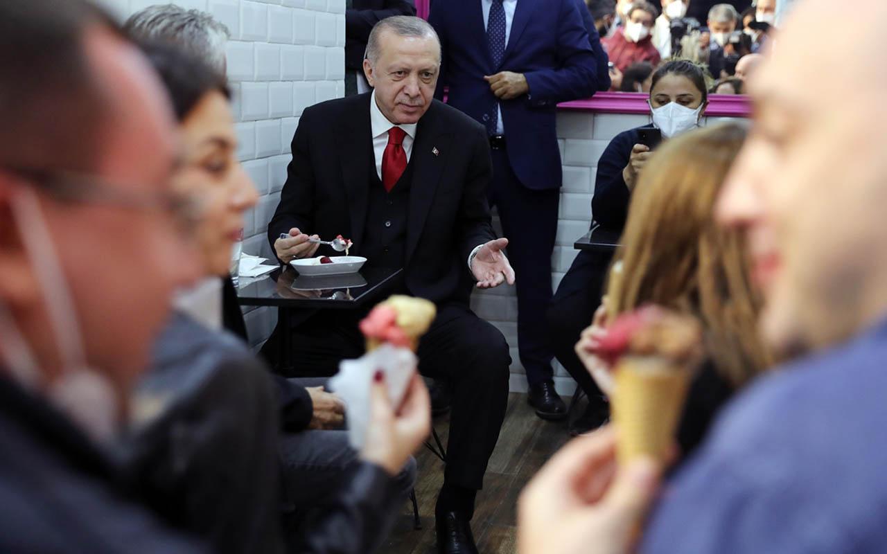 Cumhurbaşkanı Erdoğan, Beylerbeyi'nde dondurmacıya uğrayıp dondurma yedi