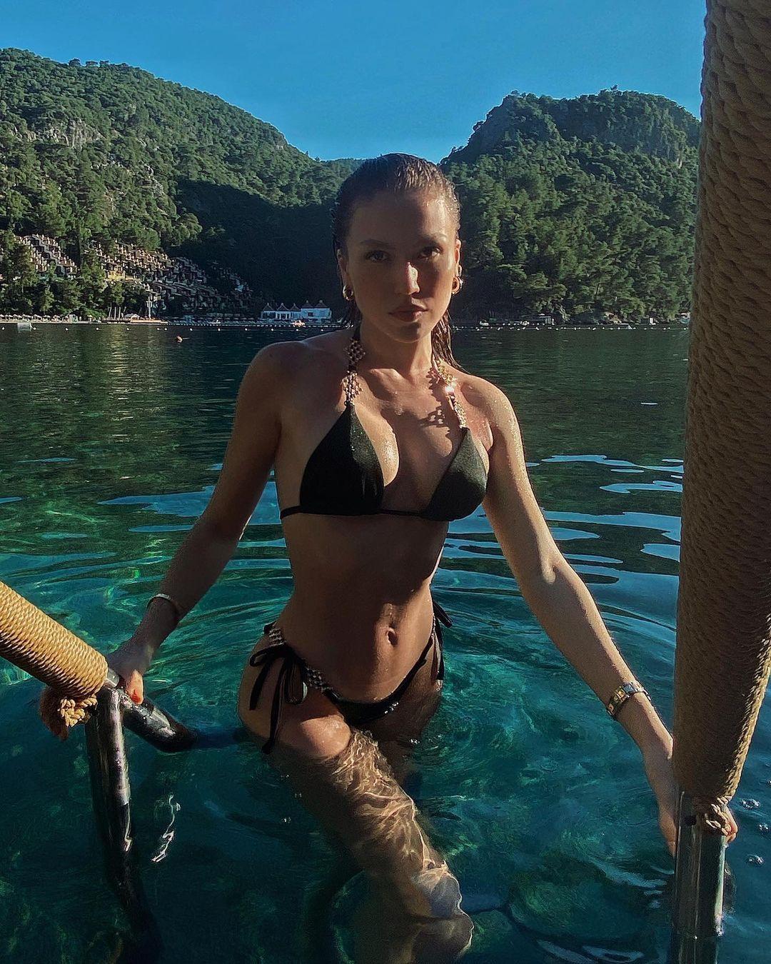 Minicik bikinisiyle reklam yaptı! Duygu Özaslan'a tepki yağdı: Kemikleri sızlıyor