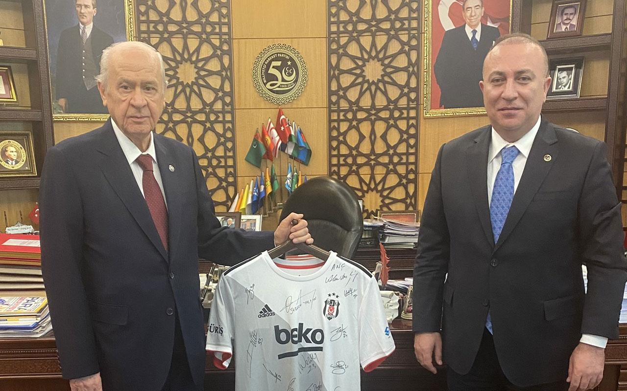 Devlet Bahçeli'ye Sergen Yalçın ve futbolcuların imzaladığı Beşiktaş forması hediye edildi