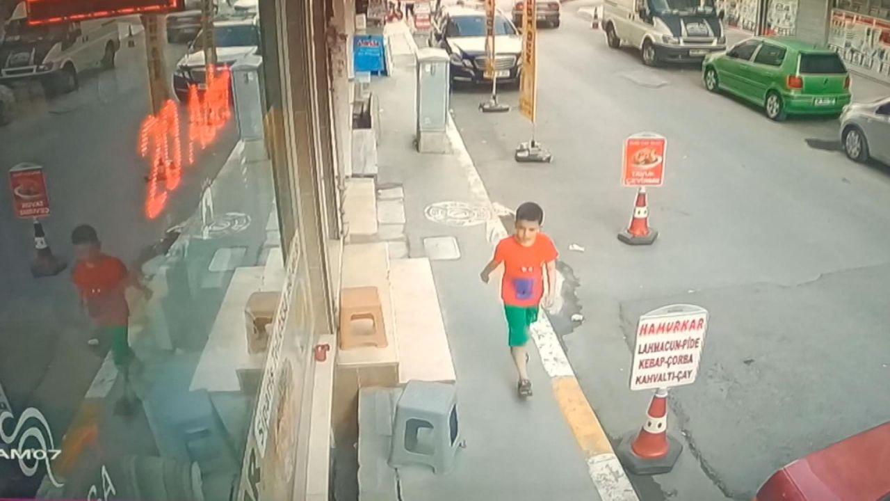 Esenyurt'ta kaldırımda yürüyen çocuk 10 metre boşluğa düştü