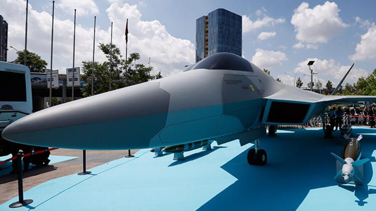 Milli Muharip Uçak görücüye çıktı! Fuarın ilgi odağı o oldu