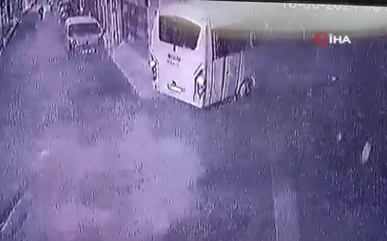 İzmir Buca'da servis minibüsünün işyerine girdiği anlar güvenlik kamerasında