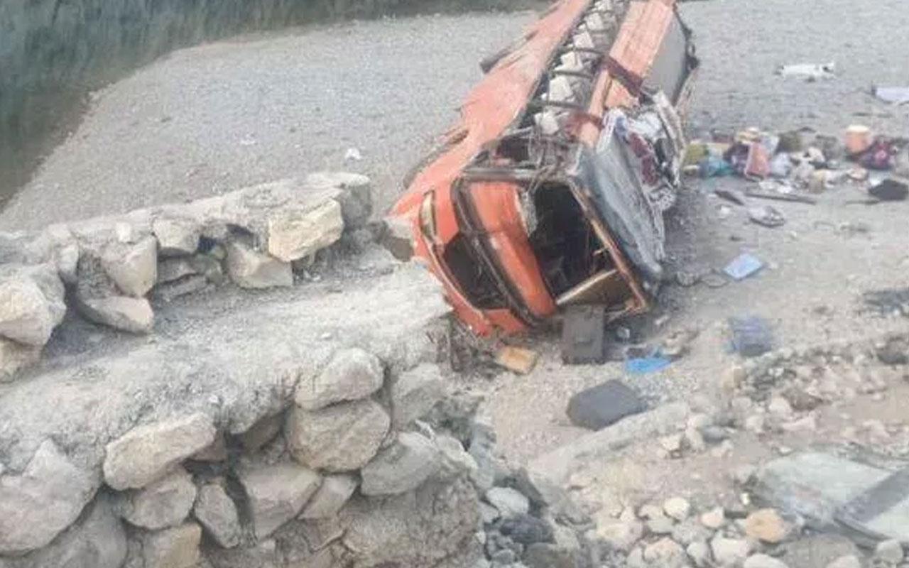 Pakistan'da otobüs devrildi! 19 kişi ölü 50 yaralı var