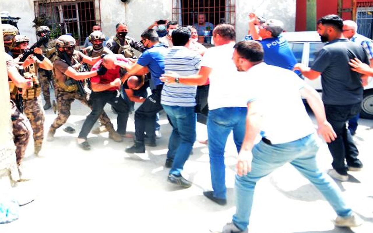 Adana'da yaşandı! Havaya ateş açtı; linç edilmekten polis kurtardı