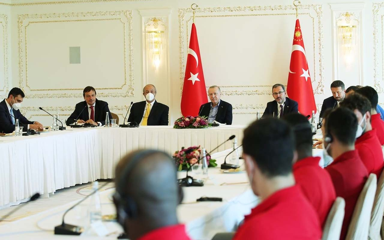 Cumhurbaşkanı Erdoğan, Vahdettin Köşkü'nde Anadolu Efes'i ağırladı