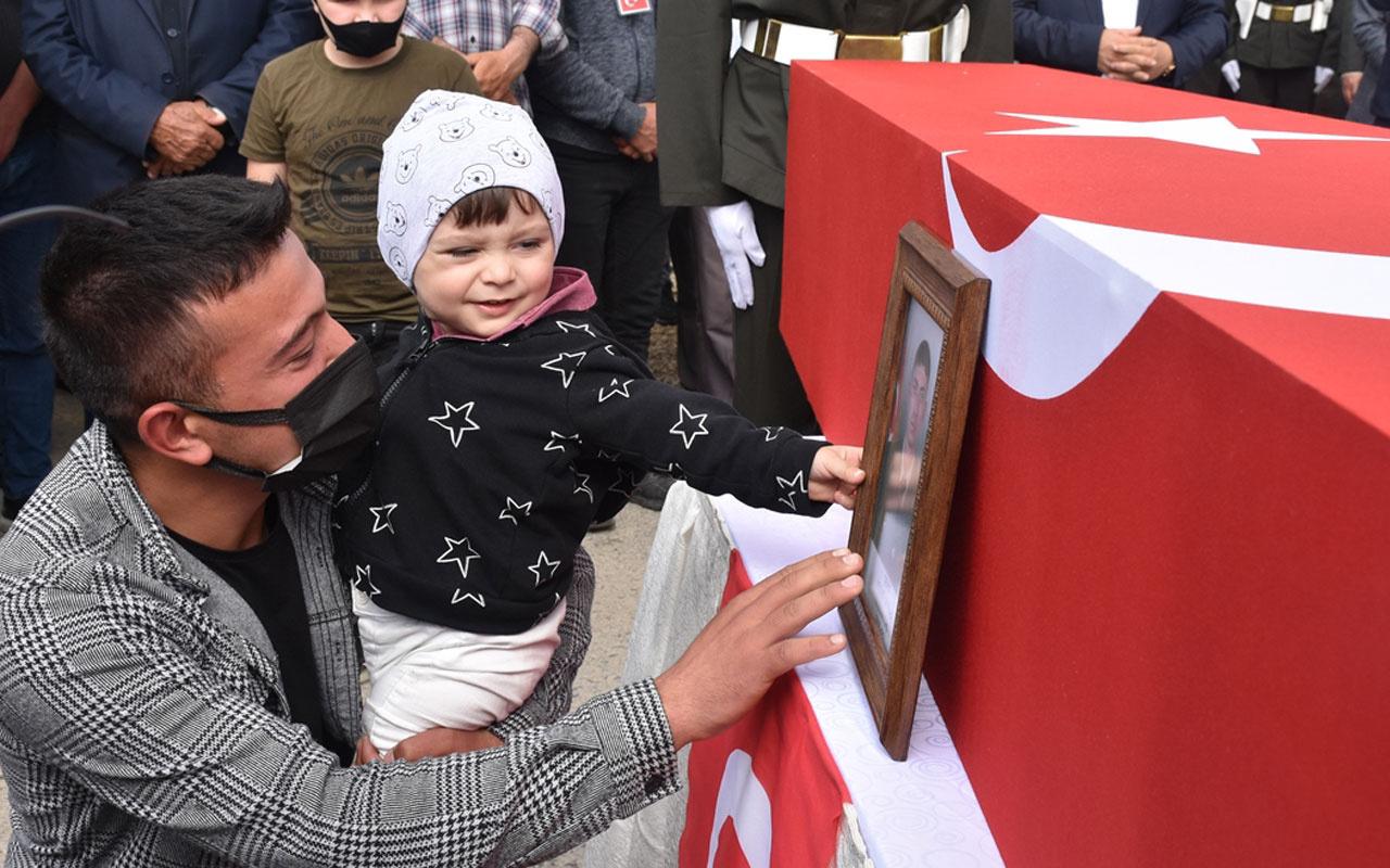 Şehit cenazesinde kahreden an! 2 yaşındaki oğlu tabutun önündeki babasının fotoğrafını sevdi
