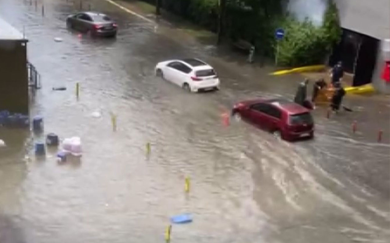 İstanbul'da sağanak sele dönüştü Yenibosna'da yolları su bastı