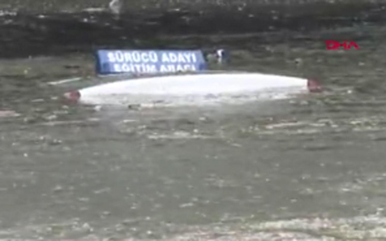 Topkapı ve Bayrampaşa'da altgeçitleri su bastı; araçlar suya gömüldü iki kişi yüzerek kurtuldu