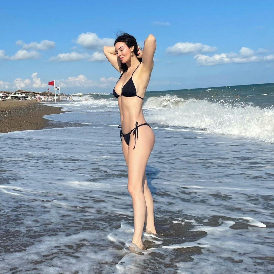 Cesur pozlarıyla Defne Samyeli nefesleri kesti! Bikinili ve mayolu halini gören şaştı kaldı